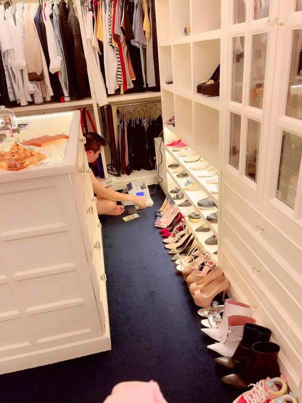 Nữ đại gia ở biệt thự 200 tỷ khoe đôi giày rẻ nhất từng mua, thế nào mà phải leo cả lên ghế để khoe? - Ảnh 4.