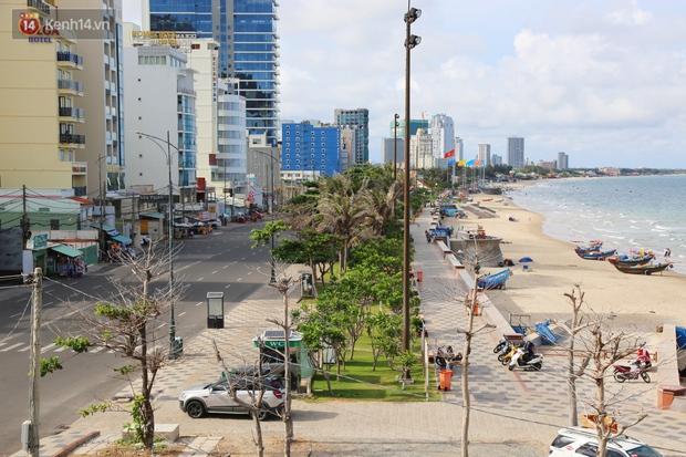 Cảnh trái ngược ở Vũng Tàu dịp lễ 30/4 và giữa dịch Covid-19: Bãi biển không bóng người, đường sá không bóng xe - Ảnh 15.