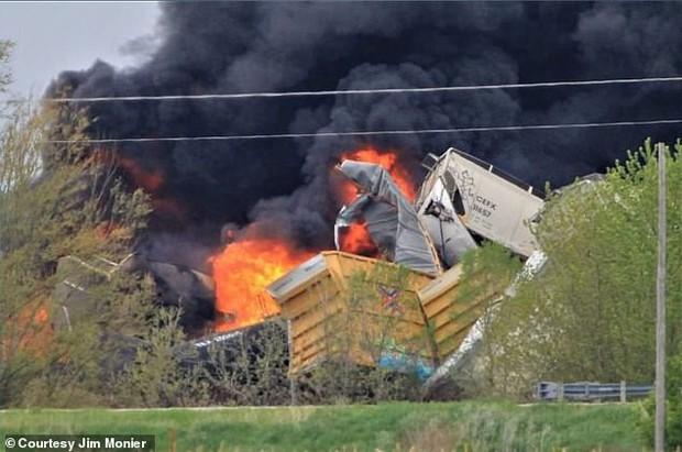Tai nạn kinh hoàng: Cầu sập khiến tàu hoả trật đường ray rồi phát nổ dữ dội làm hơn 30 toa tàu chết đứng, khẩn cấp sơ tán 3000 cư dân - Ảnh 2.
