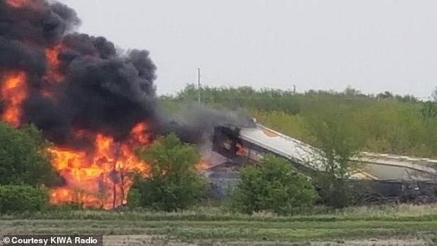 Tai nạn kinh hoàng: Cầu sập khiến tàu hoả trật đường ray rồi phát nổ dữ dội làm hơn 30 toa tàu chết đứng, khẩn cấp sơ tán 3000 cư dân - Ảnh 1.