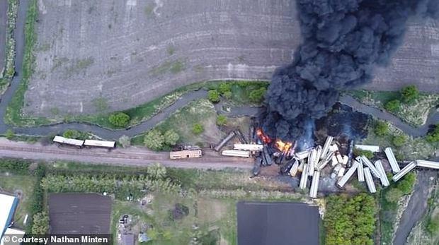 Tai nạn kinh hoàng: Cầu sập khiến tàu hoả trật đường ray rồi phát nổ dữ dội làm hơn 30 toa tàu chết đứng, khẩn cấp sơ tán 3000 cư dân - Ảnh 5.