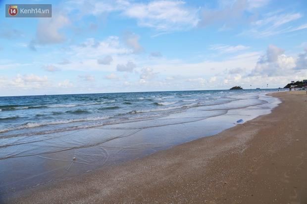 Cảnh trái ngược ở Vũng Tàu dịp lễ 30/4 và giữa dịch Covid-19: Bãi biển không bóng người, đường sá không bóng xe - Ảnh 9.