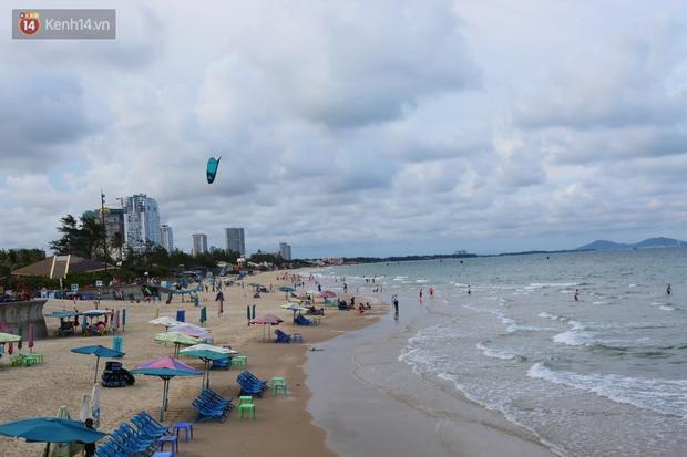 Cảnh trái ngược ở Vũng Tàu dịp lễ 30/4 và giữa dịch Covid-19: Bãi biển không bóng người, đường sá không bóng xe - Ảnh 11.