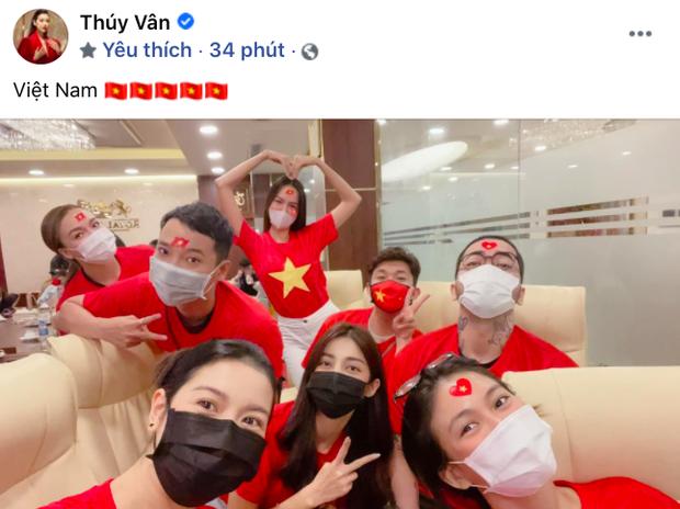 Ngay lúc này tại nước nhà: Thuý Vân cùng hội bạn thân mặc áo cờ đỏ sao vàng cổ vũ cho Khánh Vân - Ảnh 1.
