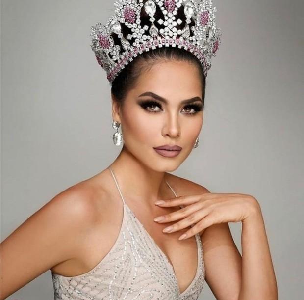 Tân Miss Universe 2020: Nàng kỹ sư máy tính với nhan sắc và body nức nở, quá khứ mất tích khó hiểu bất ngờ bị đào lại - Ảnh 5.