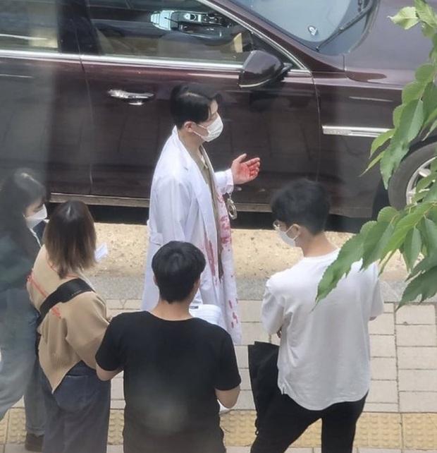 Ju Dan Tae mặc áo blouse dính máu trong Penthouse 3, dượng lại vừa xiên ai nữa rồi? - Ảnh 1.