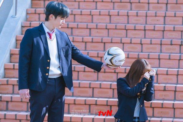 Park Bo Young tiếp tục đóng vai học sinh dù đã 32 tuổi, netizen không ném đá còn khen hết lời - Ảnh 2.