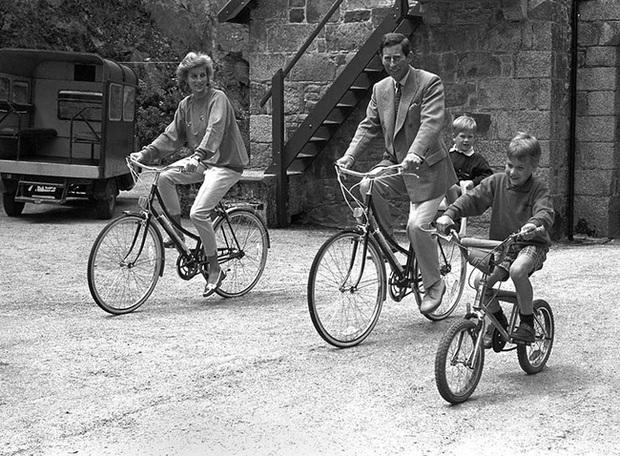 Chỉ trích cha đẻ về cách dạy dỗ con cái, Harry xấu hổ khi bị tung ảnh thời thơ ấu, lật tẩy lời nói dối trắng trợn - Ảnh 2.