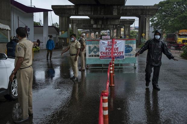 Ấn Độ sơ tán hàng chục nghìn người tránh bão Tauktae, ít nhất 4 người thiệt mạng do bão - Ảnh 1.