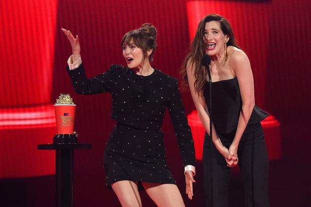 WandaVision thắng lớn, ông hoàng cảnh nóng Bridgerton cũng ôm tượng vàng ở lễ trao giải MTV Movie & TV - Ảnh 4.