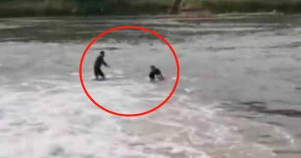 Xả thân nhảy xuống nước cứu người, người đàn ông sốc không nói thành lời khi nhìn thấy nạn nhân, chỉ biết ôm mặt khóc tức tưởi - Ảnh 1.