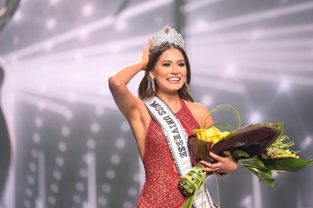 Miss Universe 2020: Thạo 2 ngoại ngữ, từng bị bạn học nhốt trong phòng tắm - Ảnh 1.