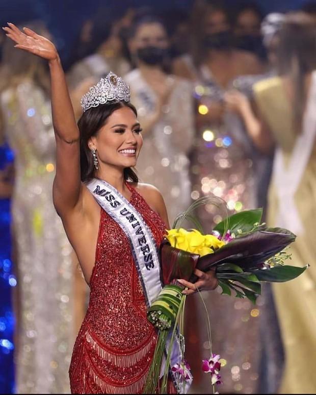 Nhan sắc khác một trời một vực của Miss Universe 2020 khi chuyển từ makeup đậm sang nhạt hơn - Ảnh 2.