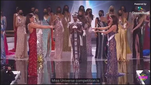 Cười lăn cười bò với loạt ảnh chế về cảnh đăng quang phiên bản giãn cách xã hội của Miss Universe 2020! - Ảnh 2.