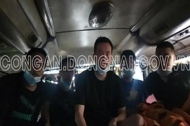 Xe khách chở 5 người Trung Quốc nhập cảnh trái phép trốn từ vùng dịch Bắc Giang vào Đồng Nai, ẩn nấp trong thùng carton - Ảnh 2.