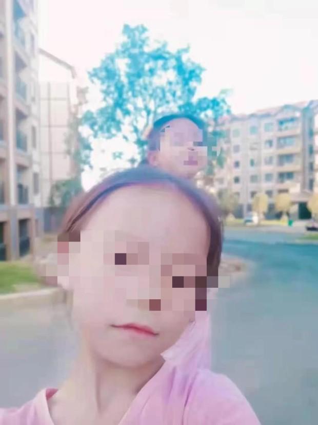 Con gái 8 tuổi mất tích, gia đình suy sụp khi cảnh sát tìm được thi thể cô bé 10 ngày sau đó, hung thủ là kẻ không hề xa lạ - Ảnh 1.
