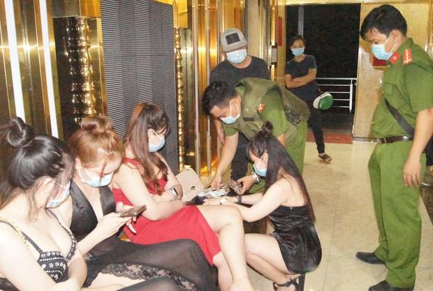 Quán karaoke hoạt động lén lút với gần 100 khách, nhiều người dương tính ma túy - Ảnh 2.