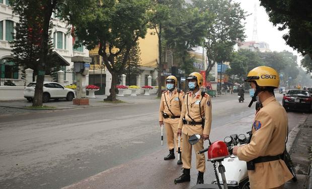 CSGT được phép phạt người không đeo khẩu trang khi tham gia giao thông - Ảnh 1.