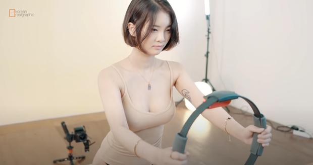 Thả rông, lên sóng tập thể dục với bộ Nintendo, nữ streamer gợi cảm liên tục tạo dáng hớ hênh, đốt mắt người xem - Ảnh 3.
