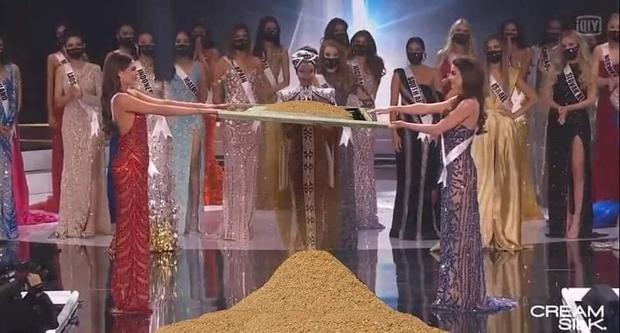 Cười lăn cười bò với loạt ảnh chế về cảnh đăng quang phiên bản giãn cách xã hội của Miss Universe 2020! - Ảnh 3.