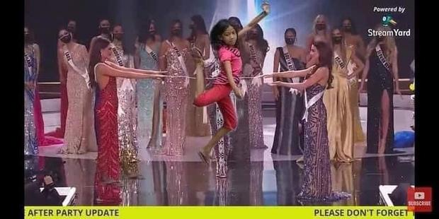 Cười lăn cười bò với loạt ảnh chế về cảnh đăng quang phiên bản giãn cách xã hội của Miss Universe 2020! - Ảnh 4.
