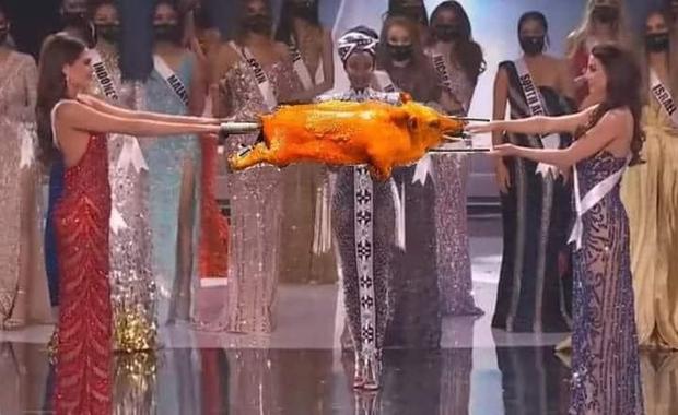 Cười lăn cười bò với loạt ảnh chế về cảnh đăng quang phiên bản giãn cách xã hội của Miss Universe 2020! - Ảnh 6.