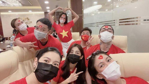 Ngay lúc này tại nước nhà: Thuý Vân cùng hội bạn thân mặc áo cờ đỏ sao vàng cổ vũ cho Khánh Vân - Ảnh 2.