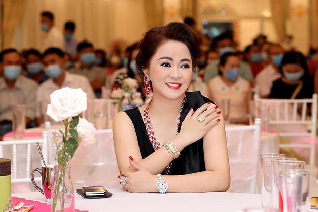 Bà Phương Hằng mắng sa sả trên livestream vẫn không quên hỏi dân mạng: Quý vị thấy em đeo nữ trang đẹp khum? - Ảnh 1.