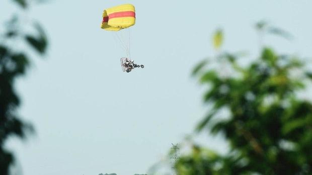 Báo gấm xổng chuồng nhưng tìm mãi không ra, sở thú bèn thả 100 chú gà và 1000 chiếc drone đi tìm - Ảnh 5.