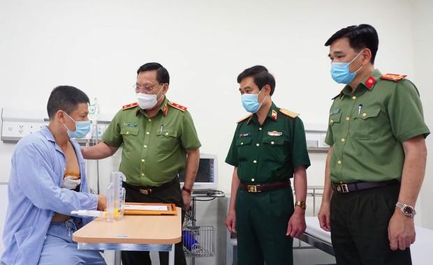 Giám đốc Công an Hà Nội thăm, tặng bằng khen tài xế quật ngã tên cướp trốn nã - Ảnh 1.
