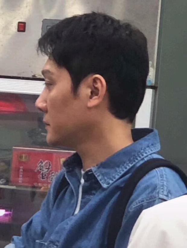 Hậu ly hôn Triệu Lệ Dĩnh, Phùng Thiệu Phong xuất hiện gầy gò, lộ cằm nhọn hoắt ở hậu trường phim mới - Ảnh 2.