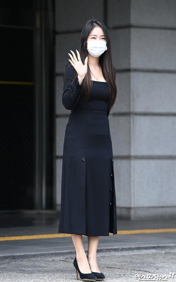 Đối lập dàn mỹ nhân Hàn đi làm: Dara để nguyên đầu bết bê, cựu thành viên SISTAR vòng 1 khủng ngồn ngộn át cả Heize - Ảnh 5.