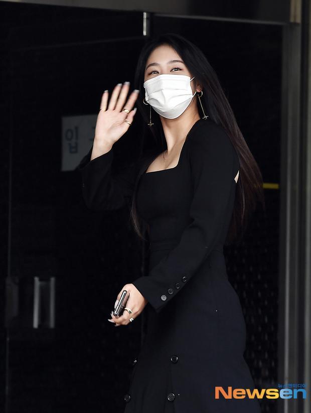 Đối lập dàn mỹ nhân Hàn đi làm: Dara để nguyên đầu bết bê, cựu thành viên SISTAR vòng 1 khủng ngồn ngộn át cả Heize - Ảnh 7.