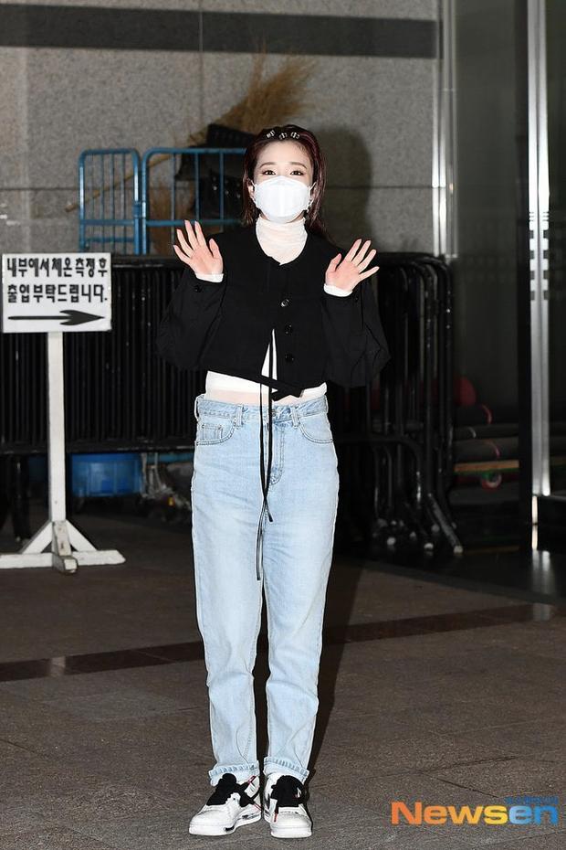 Đối lập dàn mỹ nhân Hàn đi làm: Dara để nguyên đầu bết bê, cựu thành viên SISTAR vòng 1 khủng ngồn ngộn át cả Heize - Ảnh 3.