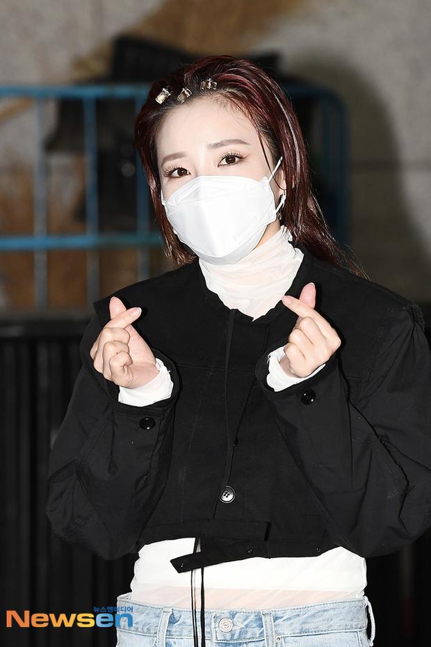 Đối lập dàn mỹ nhân Hàn đi làm: Dara để nguyên đầu bết bê, cựu thành viên SISTAR vòng 1 khủng ngồn ngộn át cả Heize - Ảnh 4.