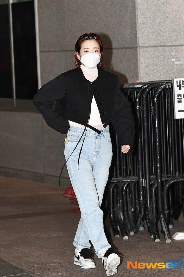 Đối lập dàn mỹ nhân Hàn đi làm: Dara để nguyên đầu bết bê, cựu thành viên SISTAR vòng 1 khủng ngồn ngộn át cả Heize - Ảnh 2.