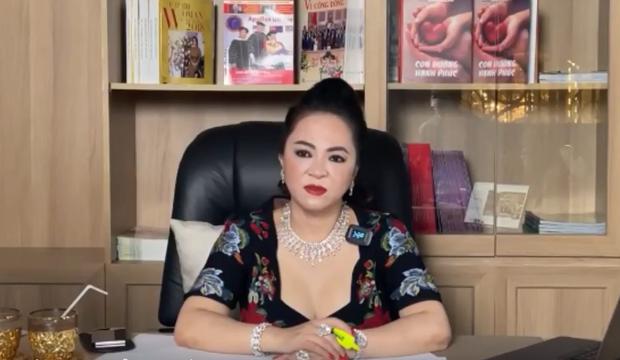 Bà Phương Hằng mắng sa sả trên livestream vẫn không quên hỏi dân mạng: Quý vị thấy em đeo nữ trang đẹp khum? - Ảnh 2.
