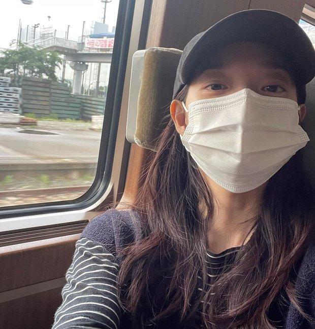 Shin Min Ah đăng ảnh đi chơi sương sương, netizen bóc luôn chi tiết nghi vấn hẹn hò Kim Woo Bin - Ảnh 4.