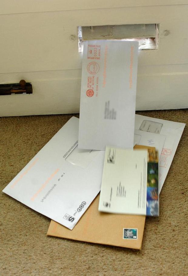 Cả thị trấn bỗng đồng loạt nhận được hàng trăm lá thư đề gửi từ 13 năm trước, đang hoang mang thì nghe được lý do đau lòng - Ảnh 2.