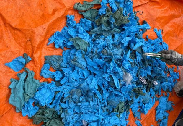 Gần 15 tấn găng tay cũ nhập khẩu từ Trung Quốc - Ảnh 1.