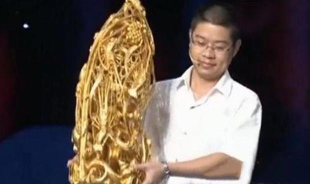 Thiếu gia bê tháp vàng khổng lồ đến kiểm định bảo vật, tự định giá cực cao: Chuyên gia đề nghị thêm hai số 0 nữa! - Ảnh 1.