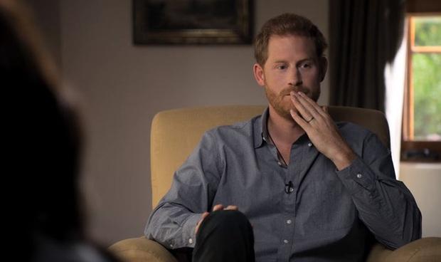 Hoàng tử Harry kìm nén nước mắt, lồng ghép hình ảnh đám tang Công nương Diana trong phim tài liệu mới khiến dư luận phẫn nộ - Ảnh 2.
