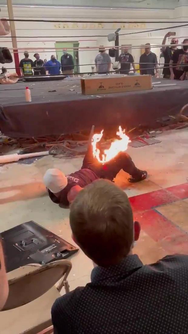 Đô vật bị lửa cháy dữ dội ở vùng nhạy cảm sau phần biểu diễn lỗi, vừa cởi quần vừa la hét trong hoảng loạn - Ảnh 2.