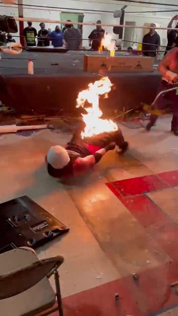 Đô vật bị lửa cháy dữ dội ở vùng nhạy cảm sau phần biểu diễn lỗi, vừa cởi quần vừa la hét trong hoảng loạn - Ảnh 3.