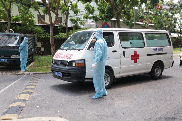Ảnh: Lực lượng y tế khoanh vùng, lấy mẫu xét nghiệm cho cư dân chung cư ở TP. Thủ Đức liên quan ca nghi mắc Covid-19 - Ảnh 7.