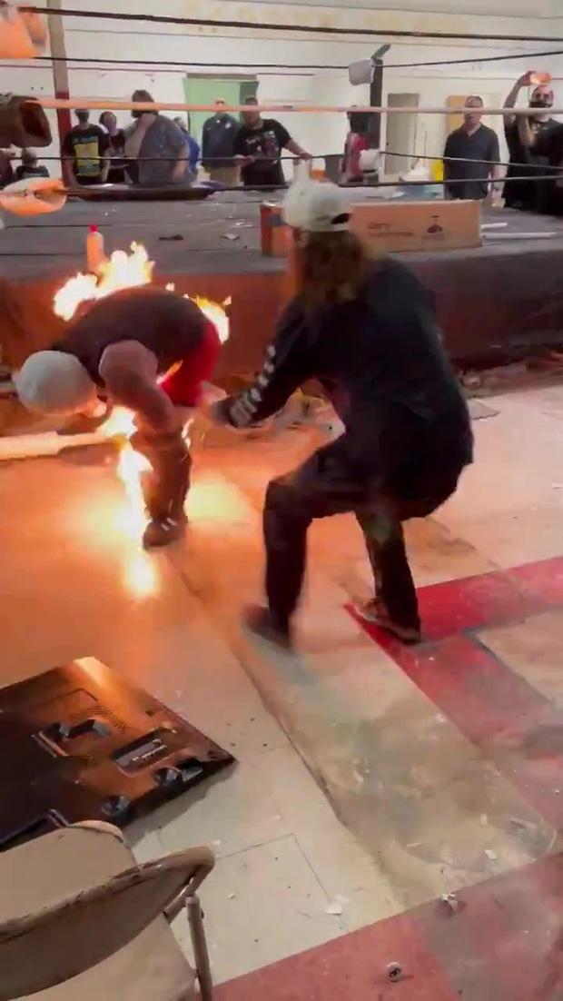 Đô vật bị lửa cháy dữ dội ở vùng nhạy cảm sau phần biểu diễn lỗi, vừa cởi quần vừa la hét trong hoảng loạn - Ảnh 4.