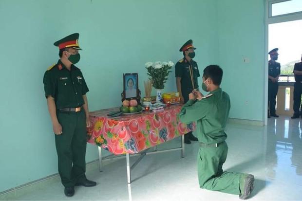 Nghẹn lòng hình ảnh chiến sĩ vọng bái mẹ trước bàn thờ lập trong đơn vị nơi tuyến đầu chống dịch - Ảnh 1.