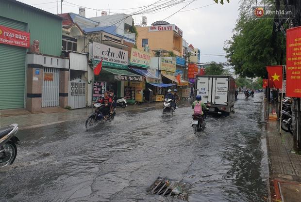 Đường Sài Gòn lại thành sông sau mưa, nước chảy cuồn cuộn như thác đổ - Ảnh 4.