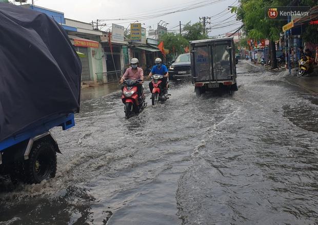Đường Sài Gòn lại thành sông sau mưa, nước chảy cuồn cuộn như thác đổ - Ảnh 3.
