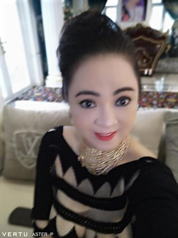 Bà Phương Hằng khoe ảnh selfie với toàn kim cương, vàng bạc, nhưng chiếc điện thoại quý tộc có giá hàng trăm triệu mới là tâm điểm soi của netizen - Ảnh 3.
